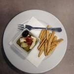 Nakládaný balkánský sýr s olivami, sušenými rajčaty a kapary.
